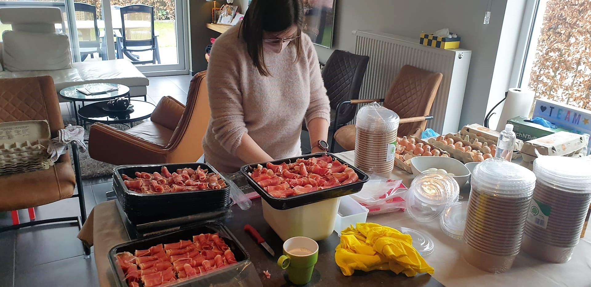 Coronaproof voorbereiding van het ontbijt. Bedankt activiteitengroep !